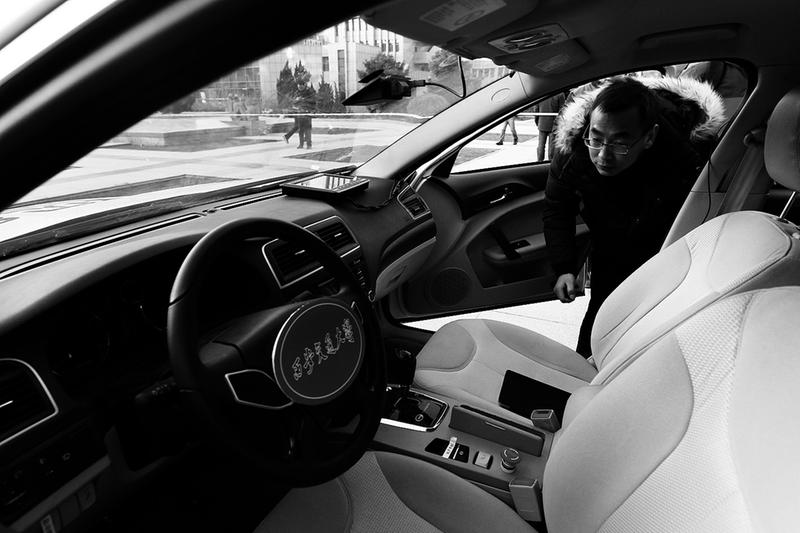 无人驾驶汽车吸引眼球 本报记者马昭摄