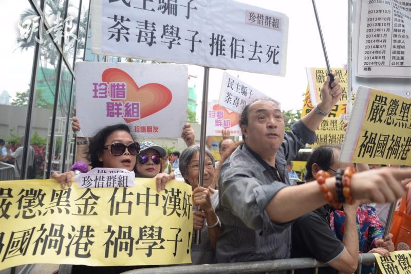 """对于非法""""占中""""香港社会表现出极大不满(图源:港媒)"""