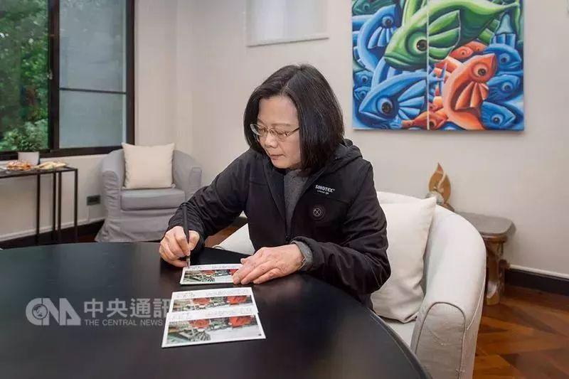 """▲蔡英文用亲笔签名日文卡片感谢日本救援团队。(台湾""""中央社"""")"""