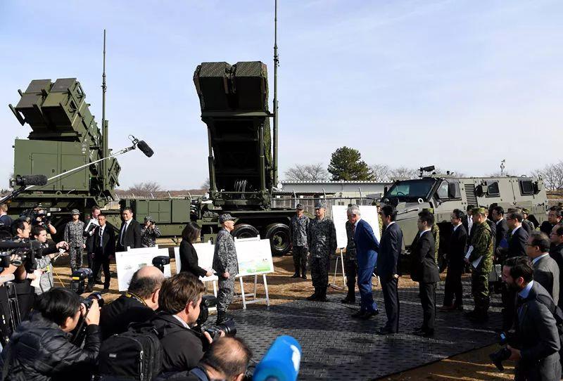 """1月18日,安倍与特恩布尔参观地对空拦截导弹""""爱国者-3""""。新华社/法新"""