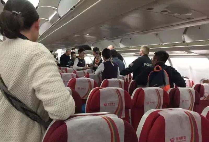 海航网站显示,HU7937航班北京时间凌晨1点40分从首都机场2号航站楼起飞,当地时间早上5点10分抵达布拉格机场1号航站楼,航程10小时30分,机型为空客330-300型客机。 来自北京的乘客刘先生回忆说,飞机起飞后一切正常,但降落前半个多小时,多名乘客发现丢失财物,有的丢了200欧元,有的丢了500欧元,有的丢了1000欧元,最多的丢了5000美元。