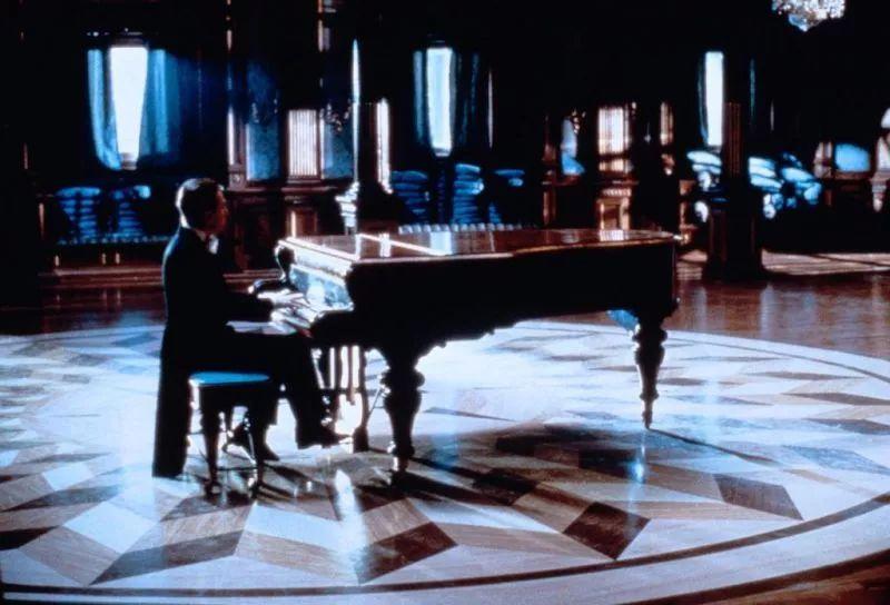 ▲《海上钢琴师》|由逐利追名逐渐演进到修身养心
