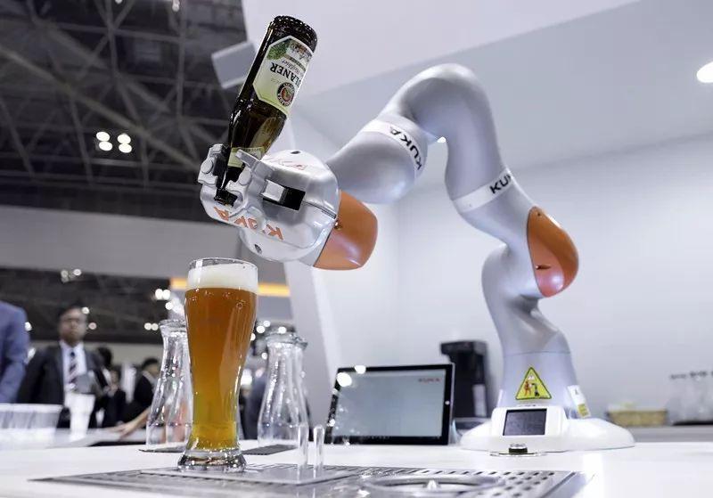 闻臭脚 会聊天 叠衣服机器人让生活更有趣
