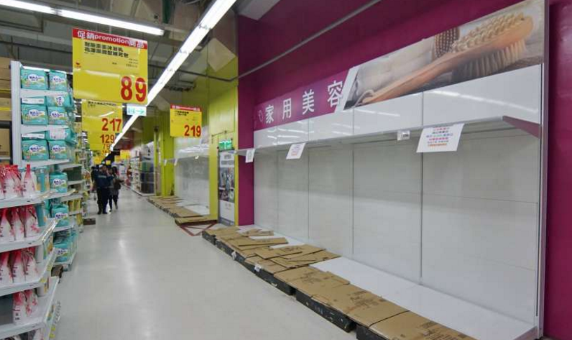 台湾许多大卖场的卫生纸都被抢购一空。(台湾《风传媒》)