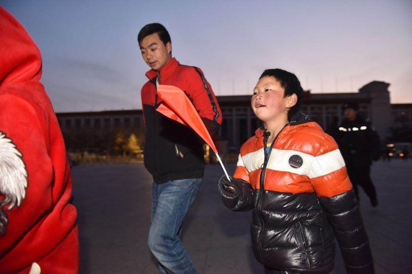 """""""冰花男孩""""圆梦北京:坐在爸爸肩头看升国旗"""