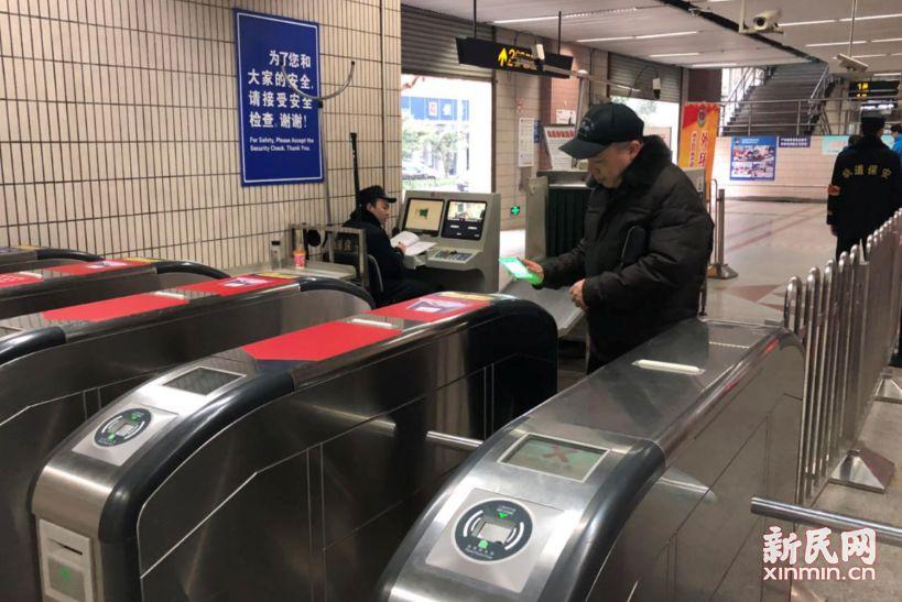 上海地铁全网试行刷码过闸首日:市民热情高 问