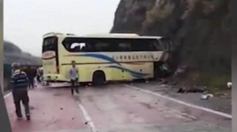大巴车漂移现场,失控撞上山坡,合计损失几百万。