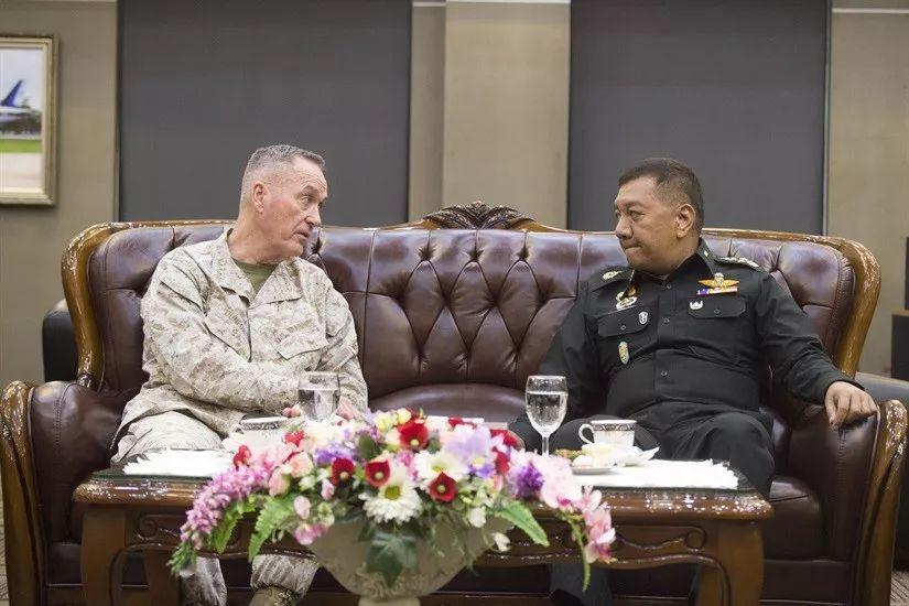 ▲2月6日,约瑟夫・邓福德(左)访问泰国期间,与泰军方人士会面。(美国国防部网站)