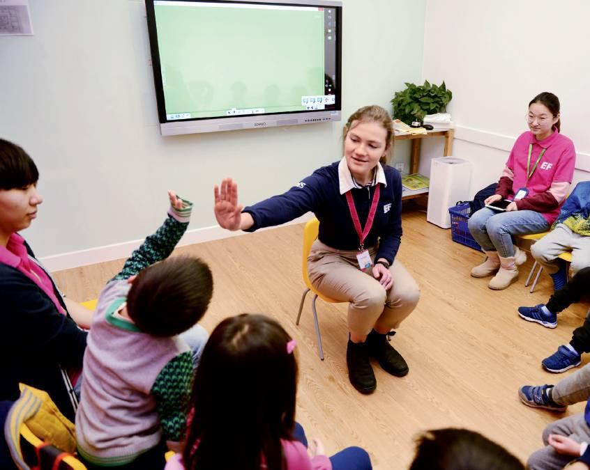 11月24日,北京一处英语培训班内,外教与孩子在教室上互动。引入外传讲课,是浩瀚英语培训机构吸引学员的重要方法之一。拍照/本刊记者 董洁旭