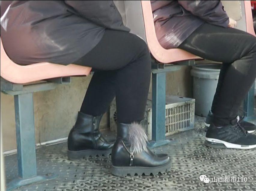 阳泉:大姐坐公交,有座不坐就坐工具箱……(