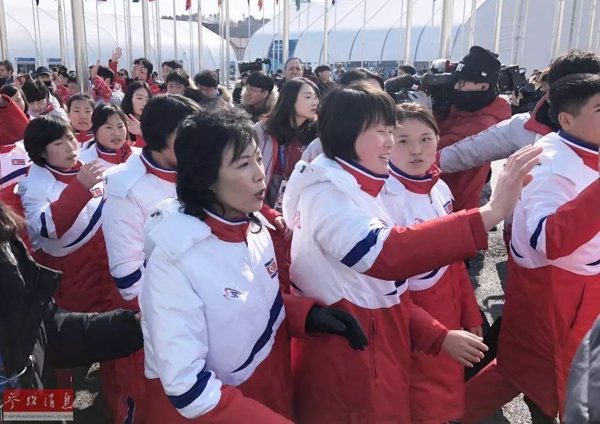 ▲升旗仪式结束后朝鲜体育代表团与媒体记者挥手告别。
