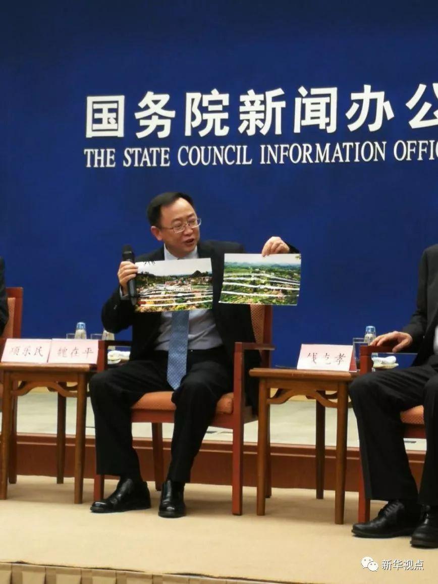 湄潭县县委书记魏在平向现场记者展示当地茶园美景