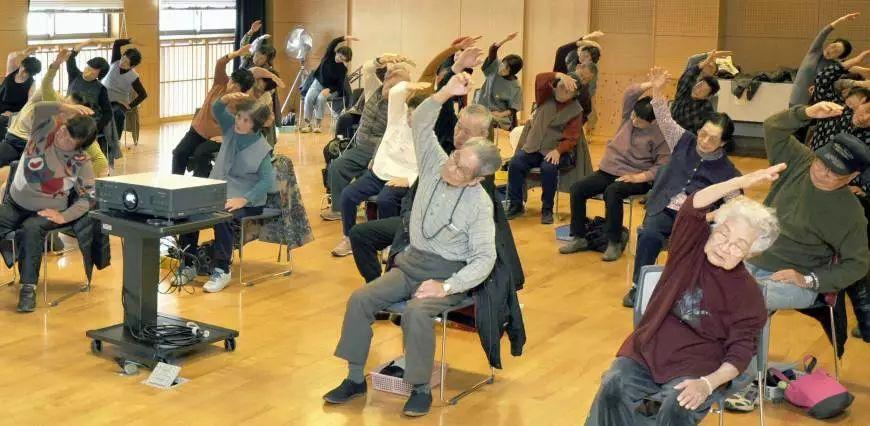 ▲日本老年人在做健康操。
