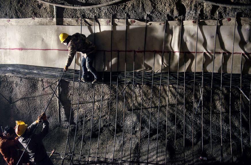 2017年12月8日,河北省张家口市崇礼区内的京张高铁崇礼支线铁路太子城隧道,工人正在隧道南洞施工。未来的数年内,北京到崇礼的交通条件将得到较大的提升。摄影/本刊记者 董洁旭
