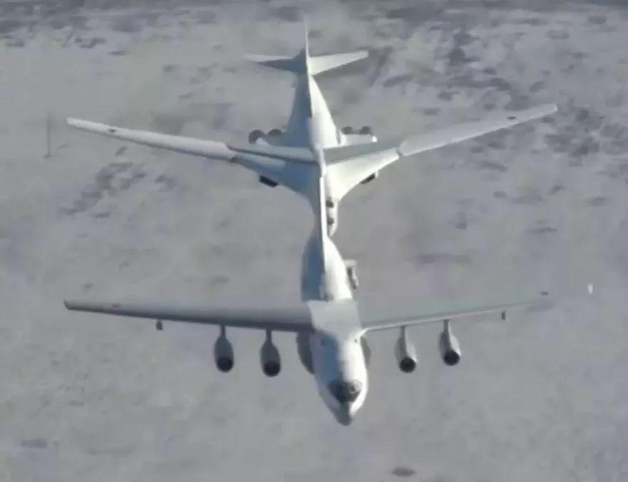 ▲图-160轰炸机与伊尔-78加油机组成空中加油编队。