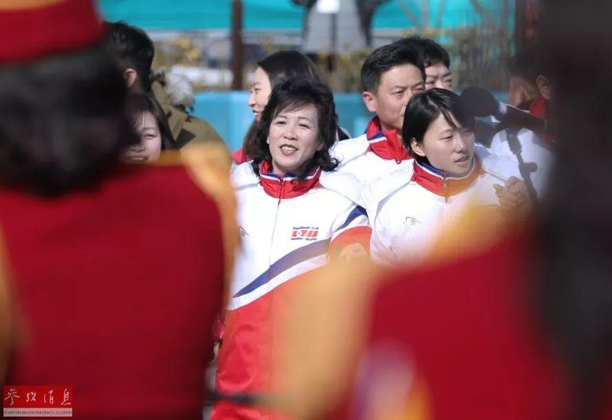 ▲随着啦啦队表演起舞的朝鲜体育代表团成员