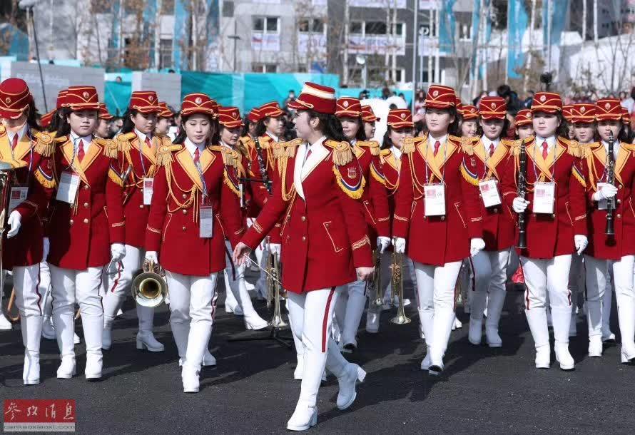▲朝鲜啦啦队在完成表演后准备离场。