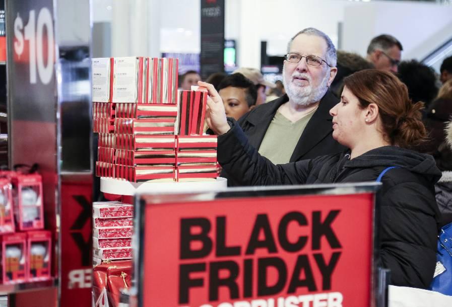 """▲11月24日,人们在美国纽约曼哈顿的梅西百货公司购物。当天是美国""""黑色星期五""""购物促销日。 图/新华社"""