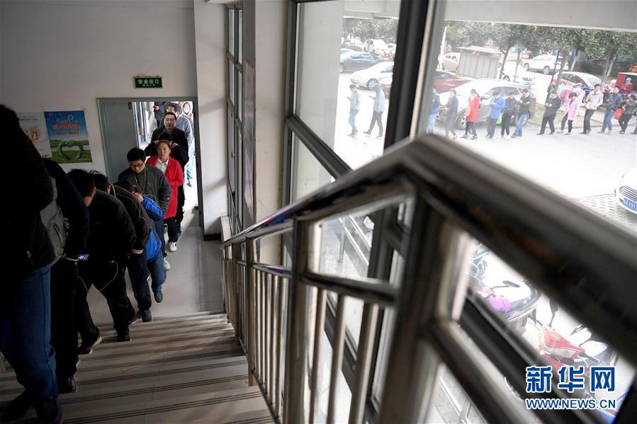 一大早,合肥一社区卫生服务中心排起了等候挂号的长队(11月4日摄)。新华社记者 刘军喜 摄