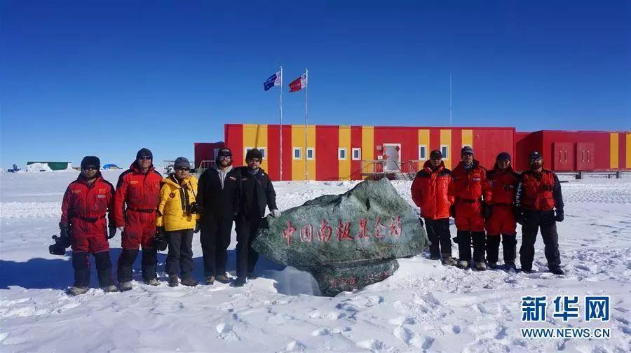 ▲资料图片:科考人员在中国南极昆仑站前合影。