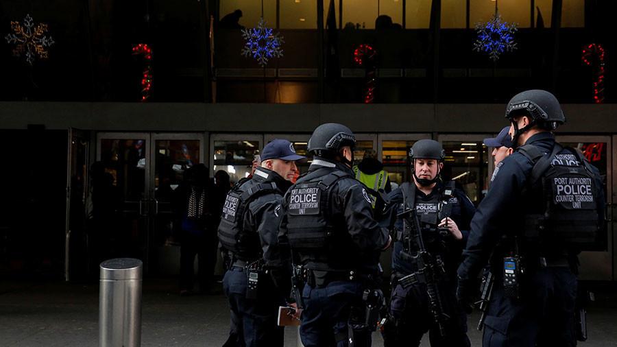 图为12月11日反恐警察聚集在纽约恐袭发生地点附近。(图/路透社)