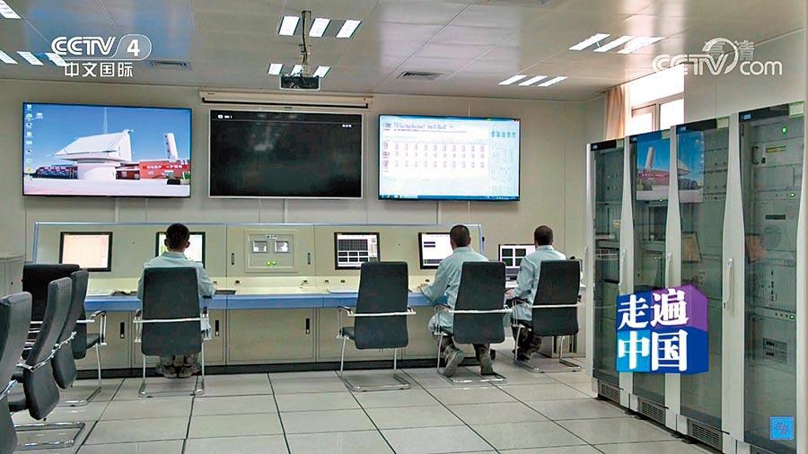 工作人员正操控反导雷达/视频截图