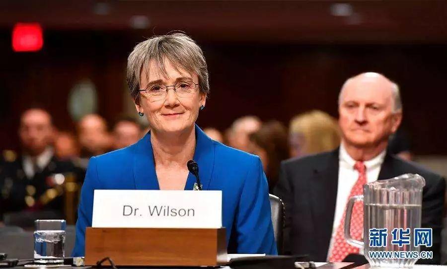 美国空军部长希瑟·威尔逊。美军作战指挥和行政/后勤指挥系统相互分离。各军种部长虽是文官,但却是军种后勤和行政的最高长官。