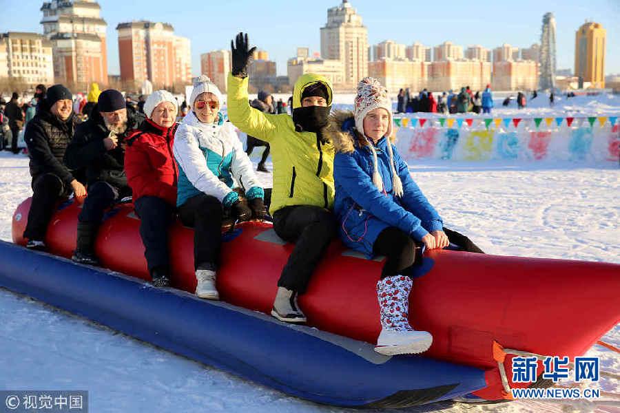 """哈萨克斯坦民众""""戏雪""""庆新年"""