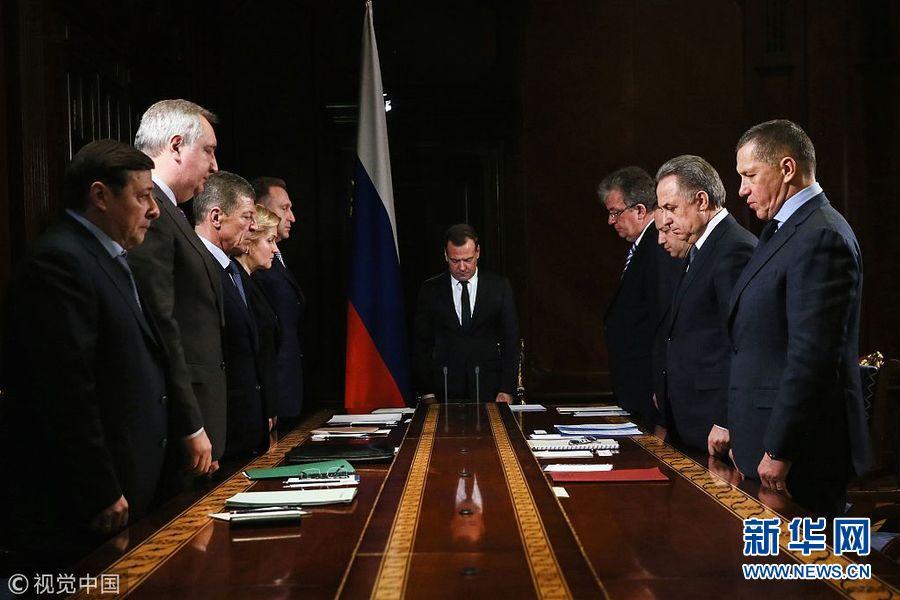 俄罗斯总理和官员默哀一分钟悼念坠机遇难者