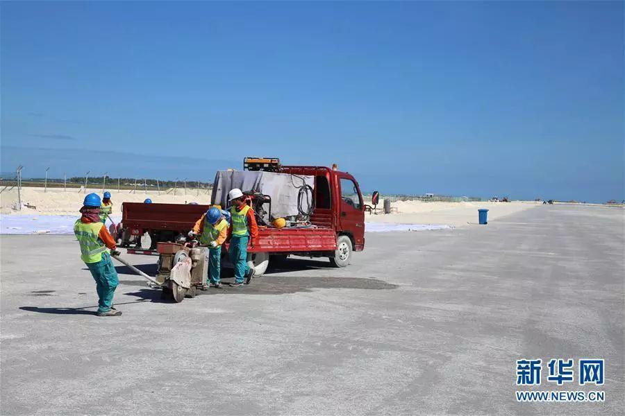 ▲2月8日,在马尔代夫首都马累国际机场改扩建项目现场,工作人员准备为新跑道铺设灯光管线。