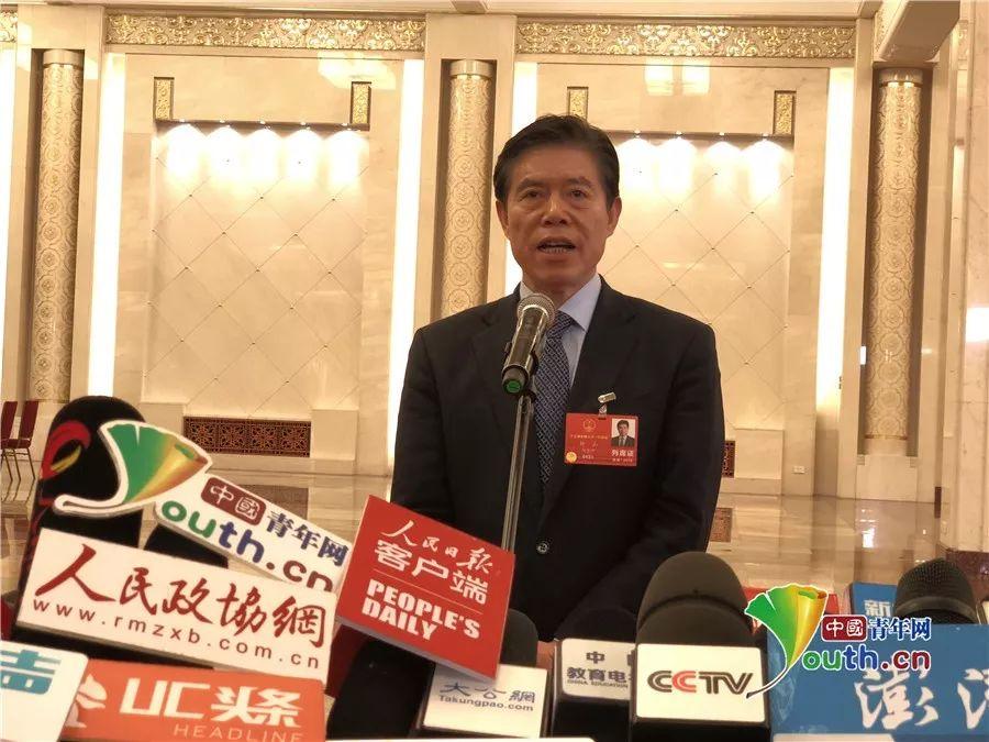 商务部部长钟山回答记者提问.中国青年网记者杨茜 摄-两会第二场 部