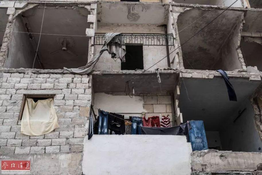 ▲阿勒颇束缚曾经一年,只管很难信任这些断壁残垣里有人寓居,但从挂着的色彩斑斓的衣服上不丢脸出,已经颠沛流离的人们正连续前往故里。