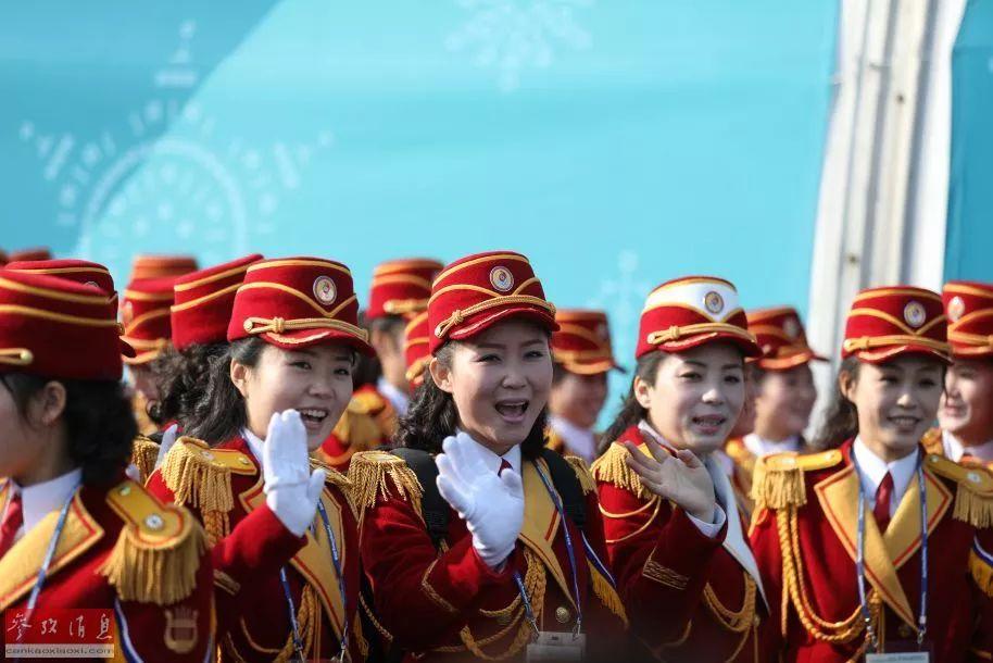 ▲朝鲜啦啦队与媒体记者互动。
