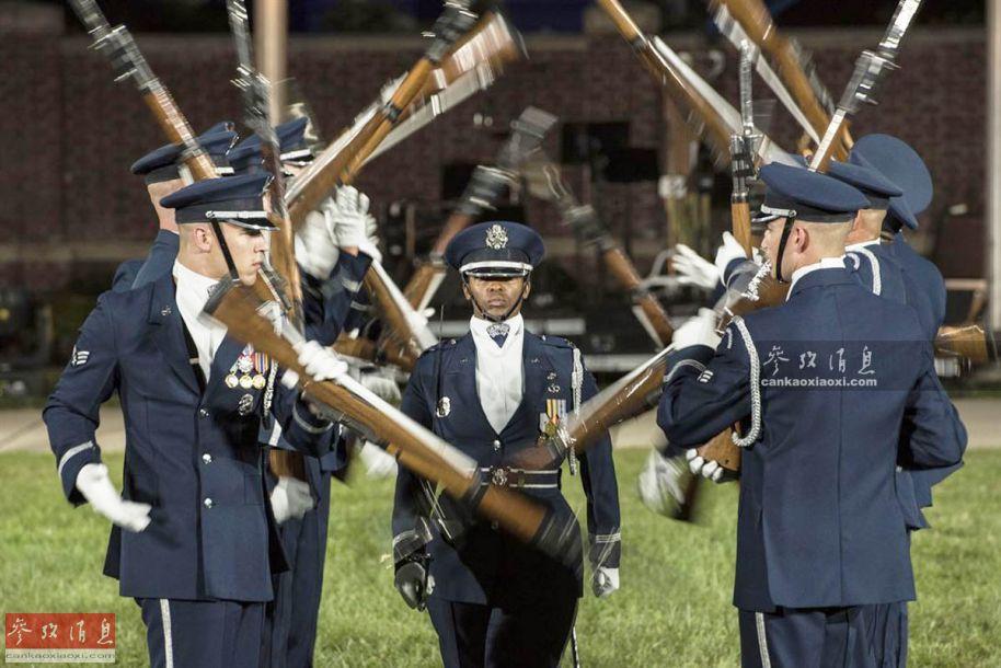 美国十次操并不是_2016年9月22日,为庆祝美国空军纪念日,美军仪仗兵在进行花式操枪表演.
