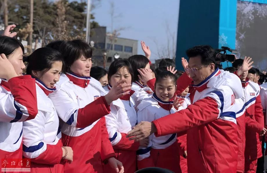 ▲朝鲜体育代表团成员在升旗仪式结束后合影。