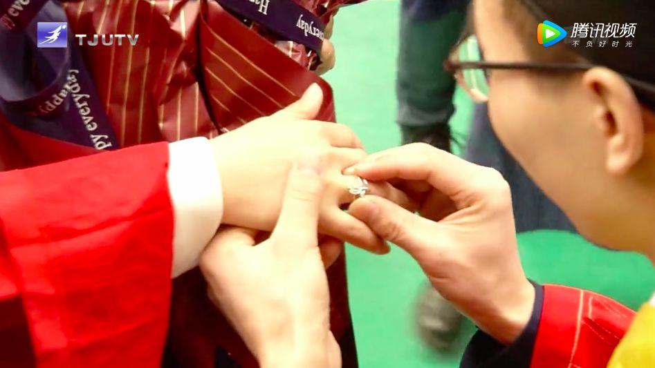 博士毕业典礼上求婚 网友:这是最牛恩爱秀(图)
