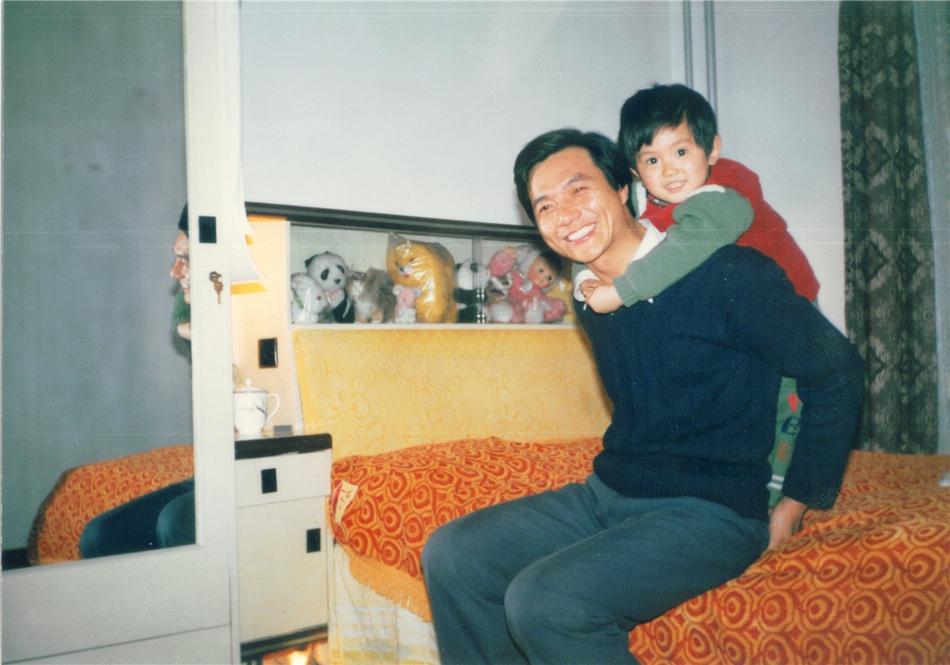 杜江爆童年照与嗯哼PK 大眼呆萌神似洋娃娃