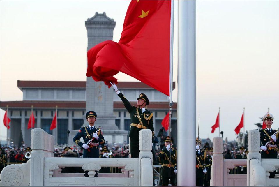 ▲2018年1月1日早晨,人民解放军担负国旗护卫任务后,首次举行升旗仪式。(路透社)