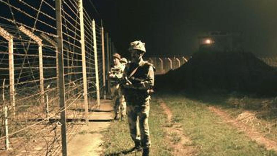 图为印度边防部队在印巴边界附近巡逻。(资料图/印度斯坦时报)