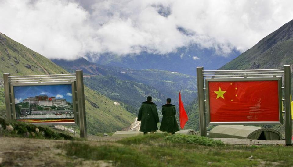 图为乃堆拉山口国际边界线中国一侧。(印媒资料图)