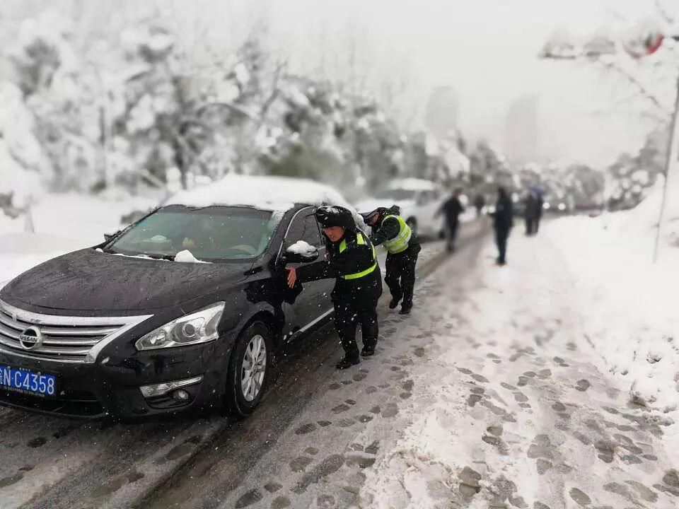 △安徽六安:民警雪中推车保畅