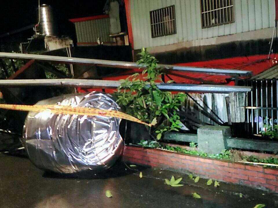 台湾一户民宅附近疑因地震造成路边搭建的两吨重的水塔倒塌