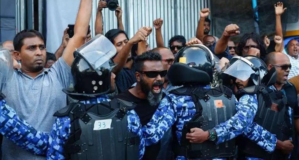 ▲最高法院下令释放政治犯之后,抗议者聚集马尔代夫首都马累。(半岛电视台)