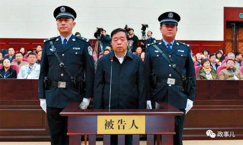 落马官员爱在春节捞钱 这位省委书记妻子收200万