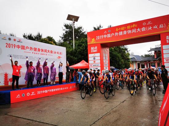 三百名骑手竞速天然氧吧九龙江