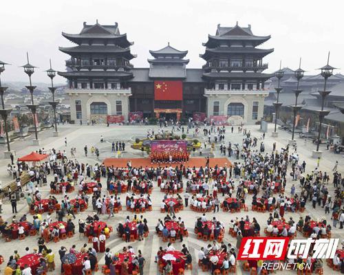"""10月2日,新华联铜官窑古镇推出了""""同吃一碗面,共祝祖国好""""活动。"""
