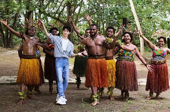 罗云熙在斐济文化村与当地舞者欢快共舞 供图 斐济旅游局
