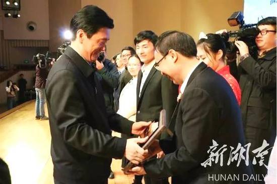 湖南省委常委、省委宣传部部长蔡振红,副省长吴桂英出席并为获评单位授牌。