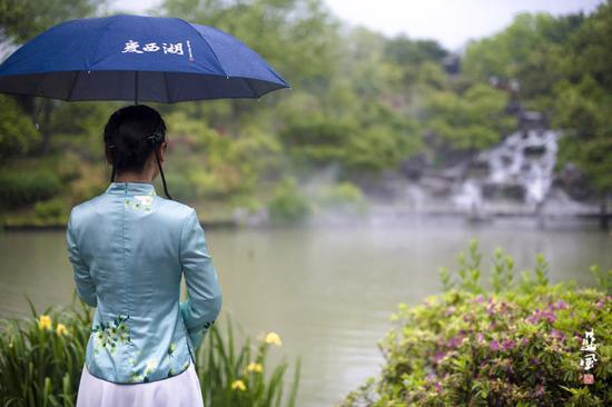 都说晴西湖不如雨西湖,来看看雨中的瘦西湖有多美