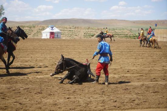 亚洲 中国 内蒙古 正文    今天到场的游客非常多,来自蒙古国的小伙小